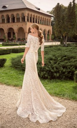 Элегантное свадебное платье силуэта «рыбка» с портретным декольте и короткими рукавами.