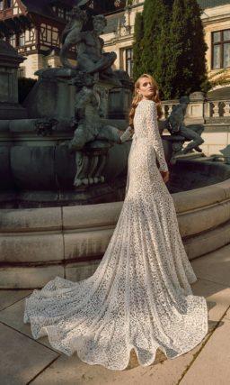 Впечатляющее свадебное платье облегающего кроя, полностью покрытое кружевом.