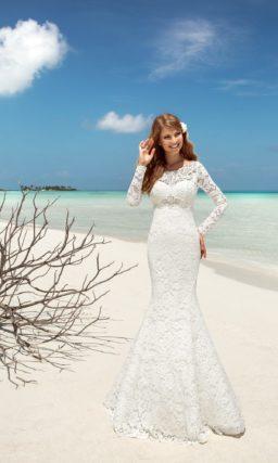 Облегающее свадебное платье силуэта «русалка» с вырезом на спинке.