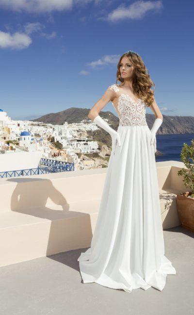 Прямое свадебное платье с отделкой из белого кружева на бежевой подкладке.