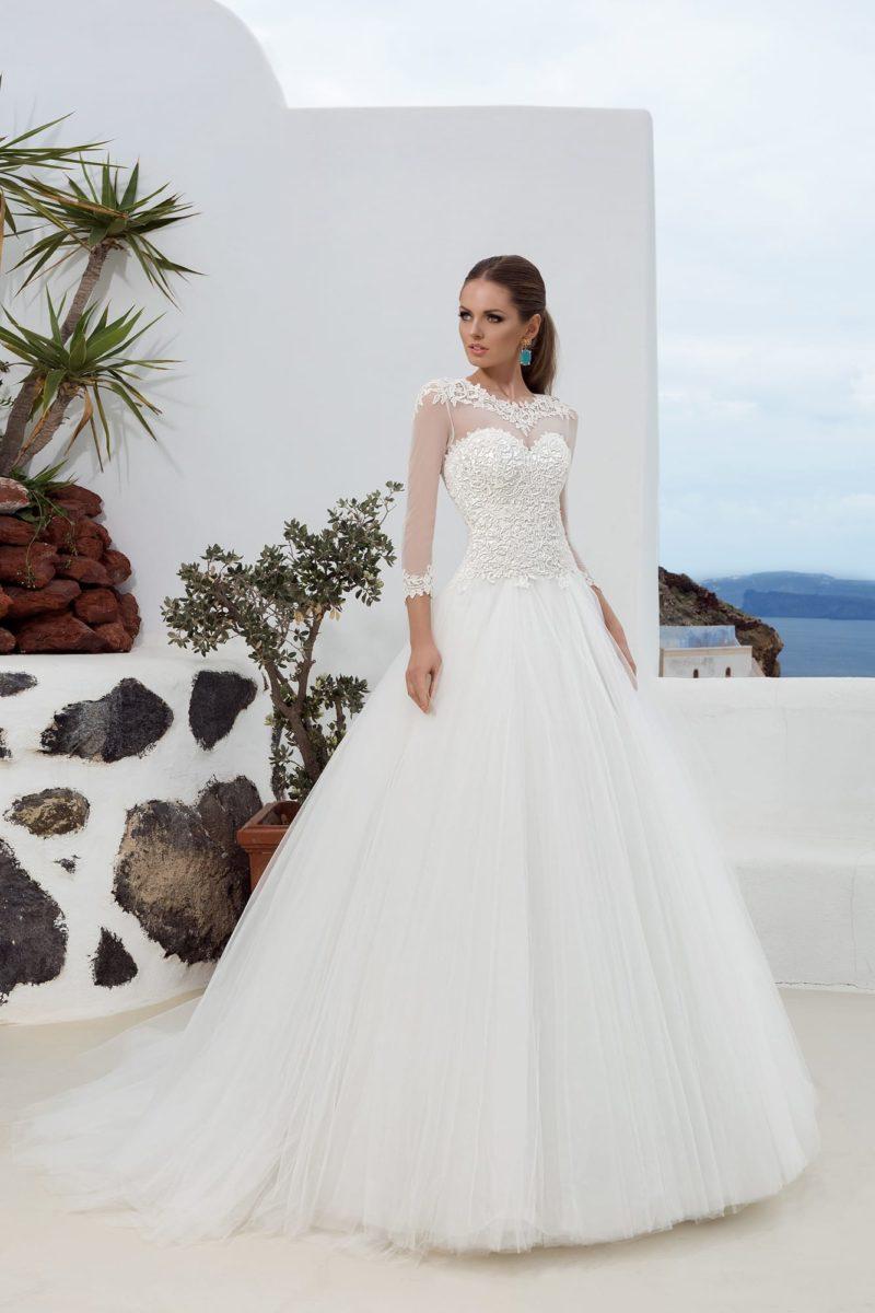 Свадебное платье силуэта «принцесса» с полупрозрачными рукавами и ажурным вырезом.