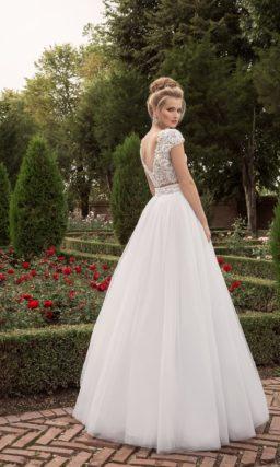 Пышное свадебное платье с нежными кружевными рукавами и ажурным лифом.