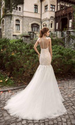 Свадебное платье силуэта «русалка» с бежевым корсетом, украшенным белым кружевом.