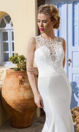 Свадебное платье «рыбка» со шлейфом, ажурным лифом и глубоким вырезом сзади.