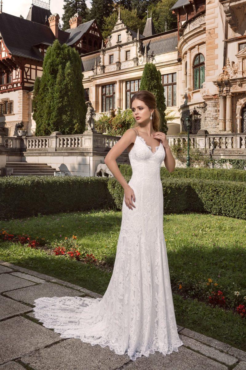 Прямое свадебное платье с кружевной отделкой и V-образным вырезом.