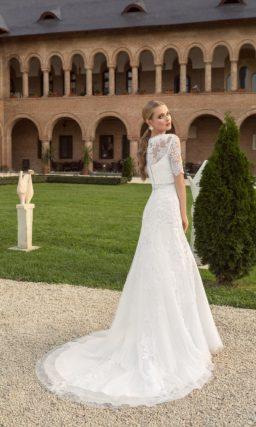 Прямое свадебное платье с укороченным верхом из кружевной ткани.