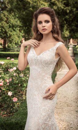 Соблазнительное свадебное платье силуэта «русалка» с бежевой подкладкой.