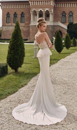 свадебное платье с полупрозрачным верхом и длинным шлейфом.