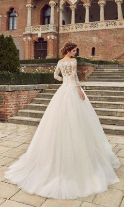 Роскошное свадебное платье с кружевным портретным декольте.