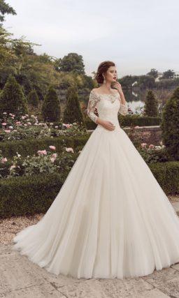 Роскошное свадебное платье А-силуэта с кружевным портретным декольте.