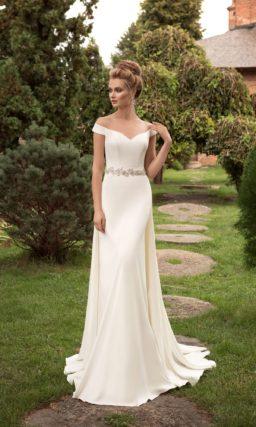 Прямое свадебное платье с драматичным V-образным вырезом с широкими бретелями.