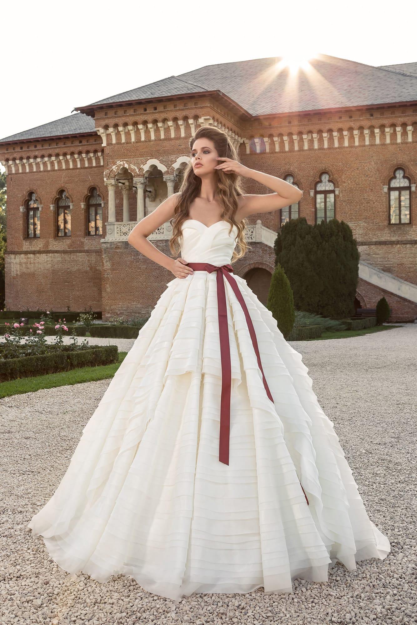 Свадебное платье с бордовым цветом
