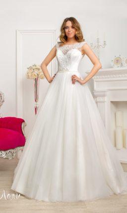 Пышное свадебное платье с атласным корсетом и ажурной спинкой.