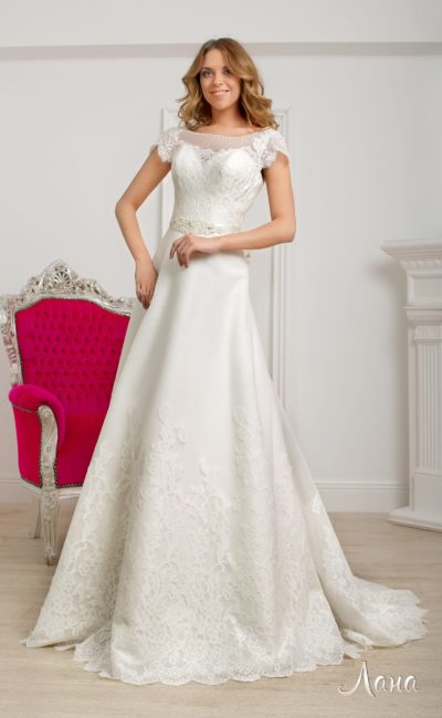 Элегантное свадебное платье А-силуэта с полупрозрачной вставкой и короткими рукавами.