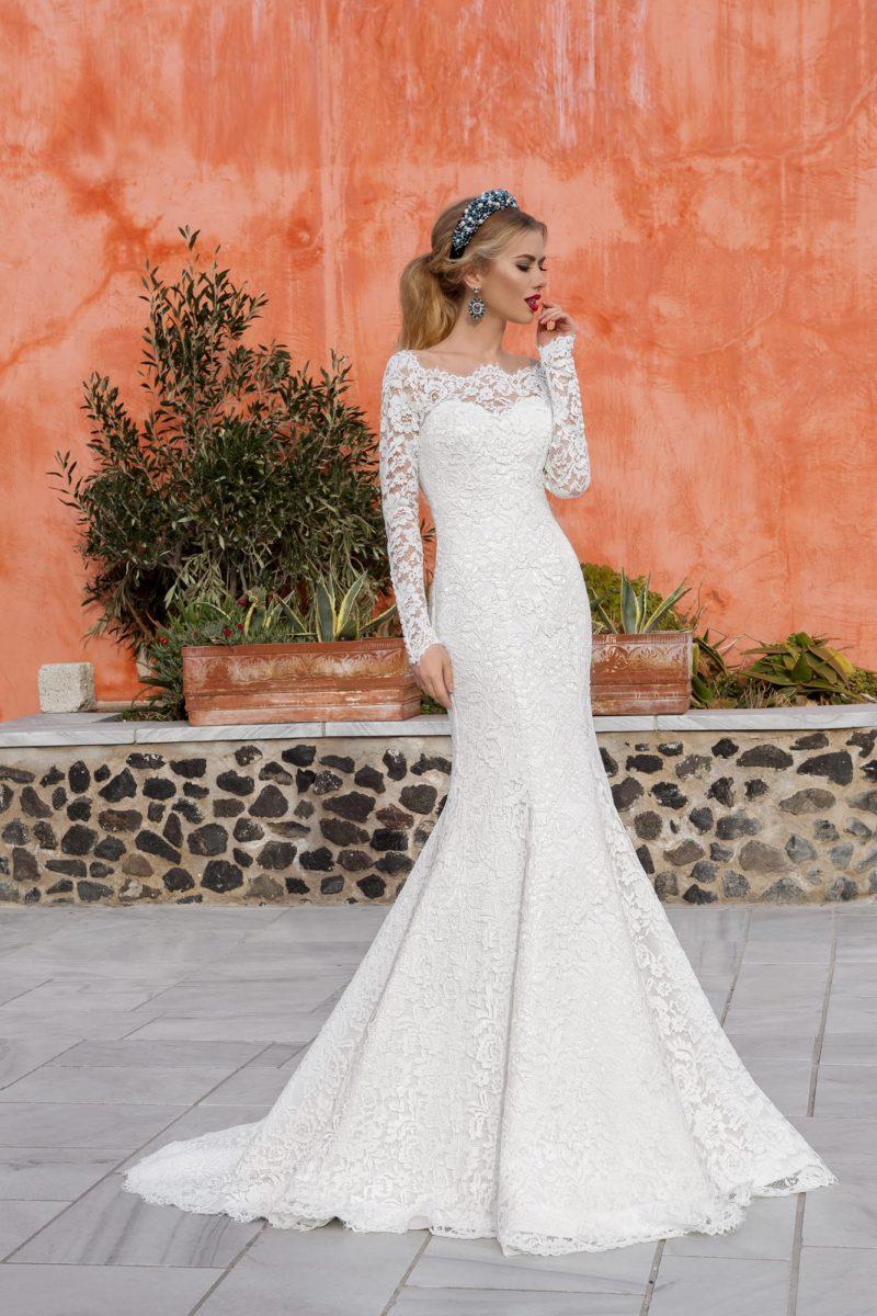 Свадебное платье силуэта «рыбка» с элегантным вырезом и длинными рукавами.