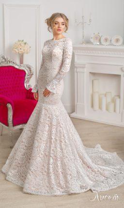 Свадебное платье «рыбка» с бежевой подкладкой и белым кружевом по всей длине.