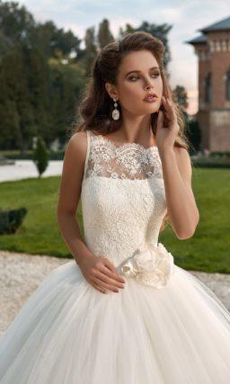 Невероятно пышное свадебное платье с закрытым верхом.