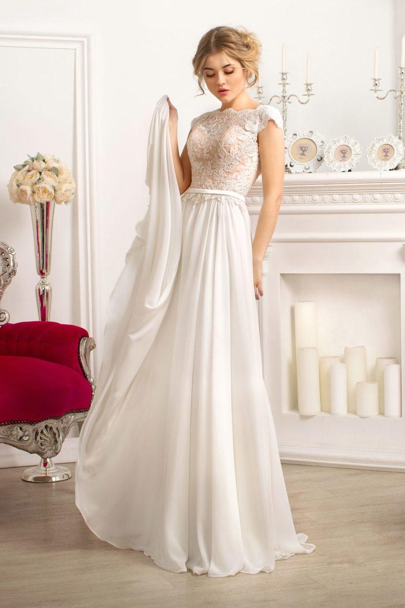 Прямое свадебное платье с бежевым корсетом с кружевной отделкой.