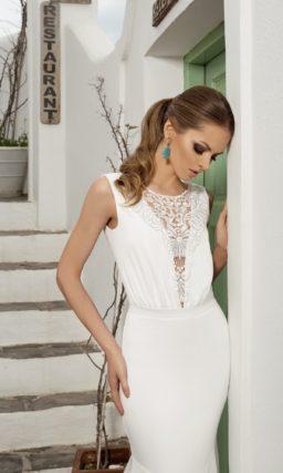 Свадебное платье силуэта «рыбка» с ажурной вставкой на лифе и открытой спиной.
