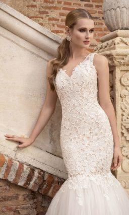 Свадебное платье силуэта «рыбка» с верхом, полностью покрытым ажурными аппликациями.