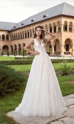 Фактурное cвадебное платье,  небольшим V-образным декольте и шлейфом.