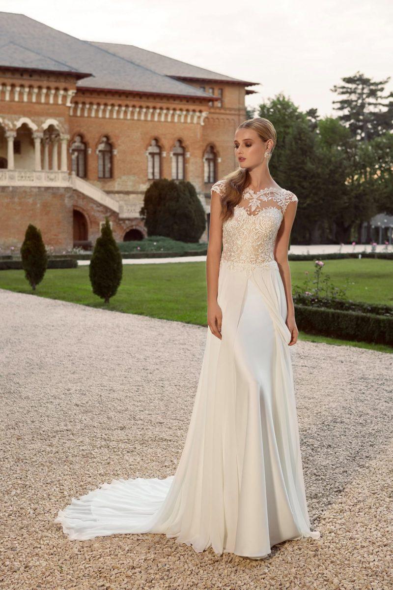 Прямое свадебное платье с атласной юбкой, дополненной матовым верхним слоем.