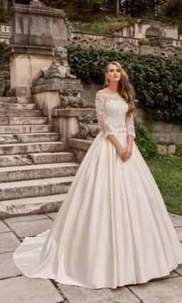 Торжественное свадебное платье с пышной юбкой из глянцевого атласа.