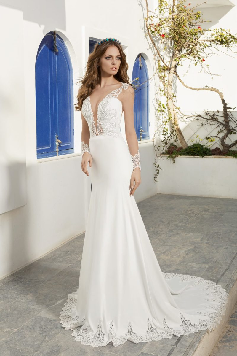 Прямое свадебное платье с длинным шлейфом и ажурным глубоким декольте.