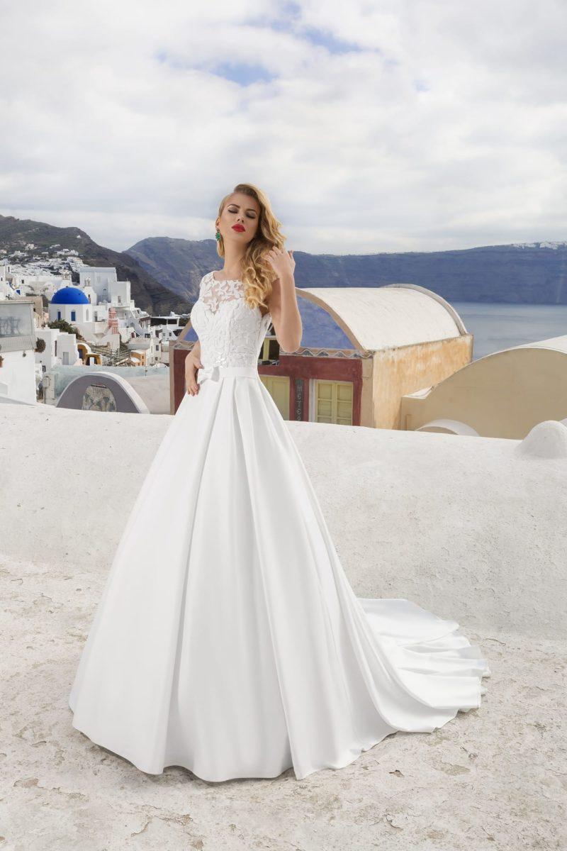Атласное свадебное платье силуэта «принцесса» с кружевным лифом и длинным шлейфом.