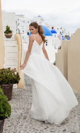 Прямое свадебное платье с плиссированной юбкой и атласным лифом с узкими бретелями.