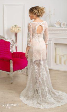 Прямое свадебное платье с отделкой из ажурной ткани поверх бежевого атласного корсета.
