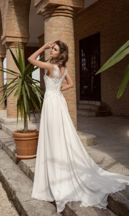 Короткое свадебное платье с отделкой из кружева, дополненное длинным шлейфом.