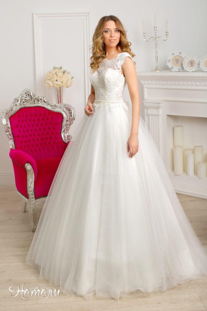Свадебное платье А-силуэта с верхом, полностью покрытым плотным кружевом.