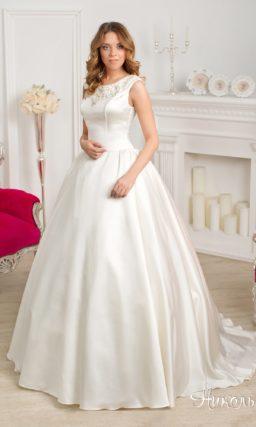 Пышное атласное свадебное платье с вышивкой на лифе и V-образным вырезом на спинке.