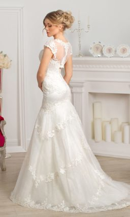 Закрытое свадебное платье силуэта «рыбка» с горизонтальными полосами кружевных аппликаций.