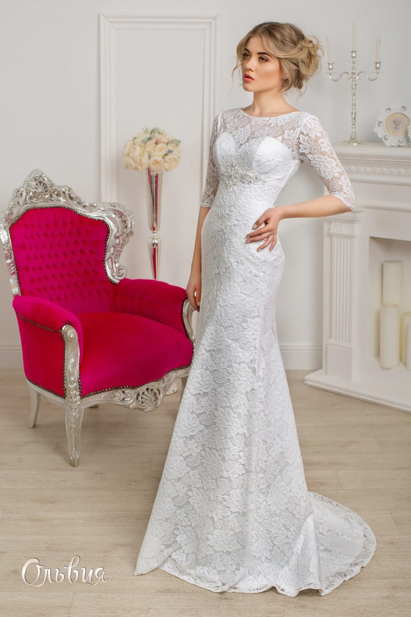 Закрытое свадебное платье с кружевными рукавами в три четверти и юбкой прямого кроя.