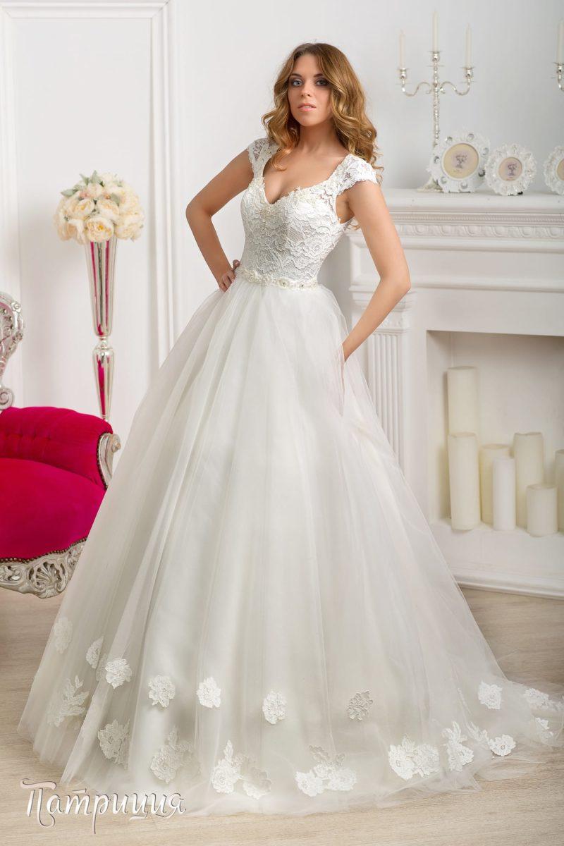 Свадебное платье силуэта «принцесса» с ажурной отделкой верха и расшитым бисером поясом.