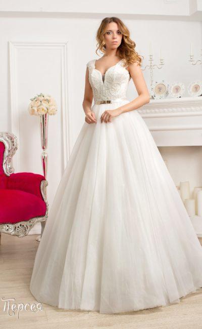 Пышное свадебное платье с вышивкой по корсету и узким атласным поясом со сверкающей пряжкой.