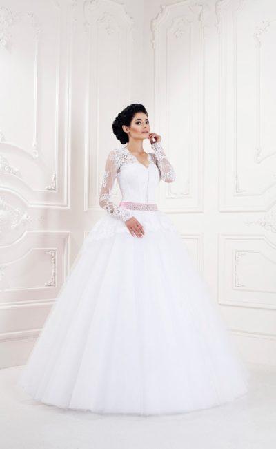 Романтичное свадебное платье с кружевным верхом, цветным поясом и воздушной юбкой.