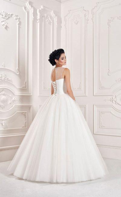 Классическое свадебное платье пышного силуэта с лифом, оформленным вышивкой и тонкой тканью.