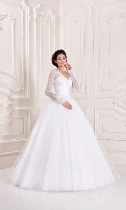 Свадебное платье дополнено накидкой с кружевными рукавами.