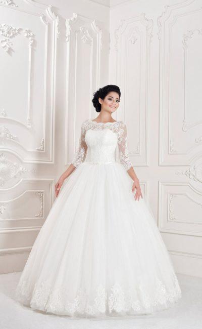 Кружевное свадебное платье с узким поясом из атласа и юбкой пышного силуэта.