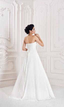 Свадебное платье с деликатным кроем корсета и романтичной юбкой «трапеция».