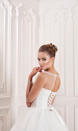 Свадебное платье в классическом стиле, с длинными прозрачными рукавами и кроем «принцесса».