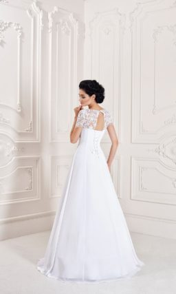 Свадебное платье с кружевным верхом и юбкой силуэта «трапеция» с завышенной талией.