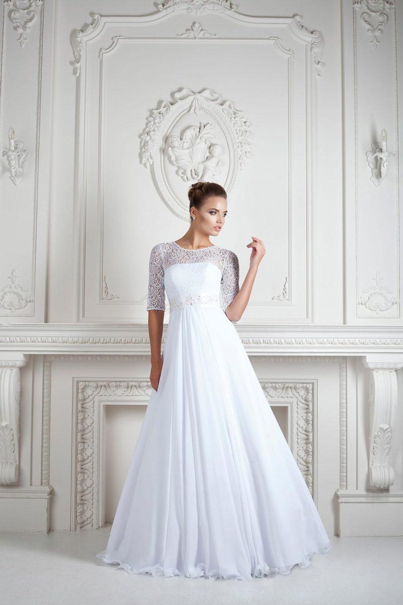 Свадебное платье элегантного кроя с кружевными рукавами длиной до локтя.
