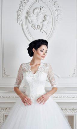 Свадебное платье с роскошной объемной юбкой и закрытым верхом с рукавами до локтя.