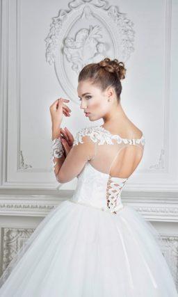 Роскошное пышное свадебное платье, оформленное сверху прозрачной тканью.