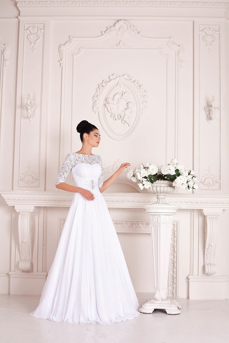 Свадебное платье закрытого кроя с элегантной юбкой-трапецией и акцентом на талию.