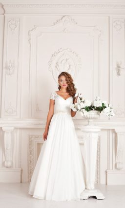 Свадебное платье «принцесса», подчеркивающее область декольте кружевным лифом.